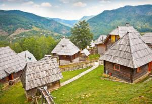 уникалния дървен град на Емир Костурица